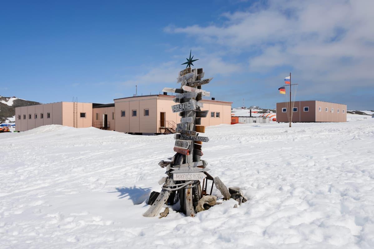 Etäisyyskylttejä Antarktiksella.