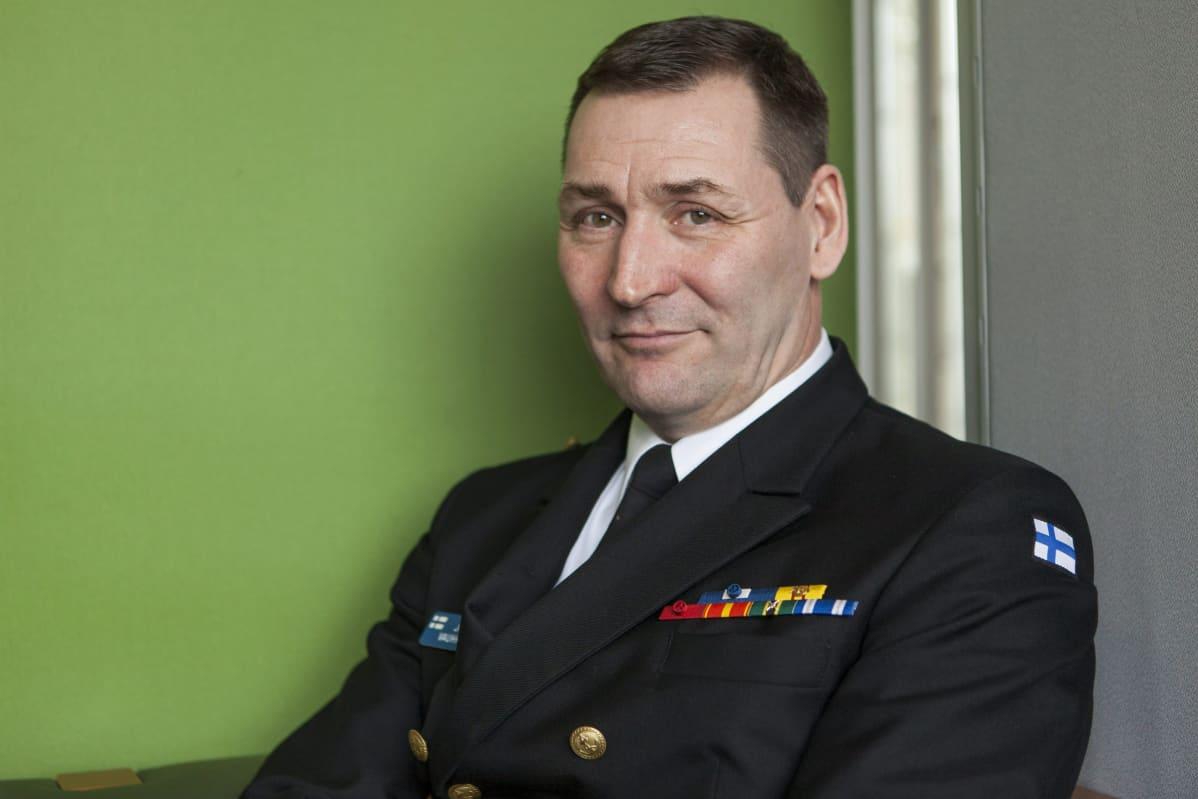 Merivoimien esikuntapäällikkö, lippuamiraali Juha Vauhkonen, Merivoimien tiedotustilaisuudessa merivoimien esikunnassa Turussa tiistaina 26. huhtikuuta 2016.