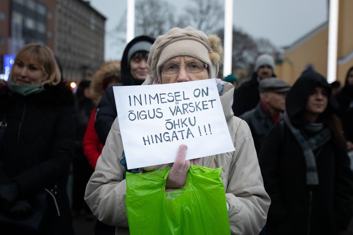 """""""Ihmisellä on oikeus hengittää raikasta ilmaa"""", luki mielenosoittajan kyltissä tänään Tallinnassa."""