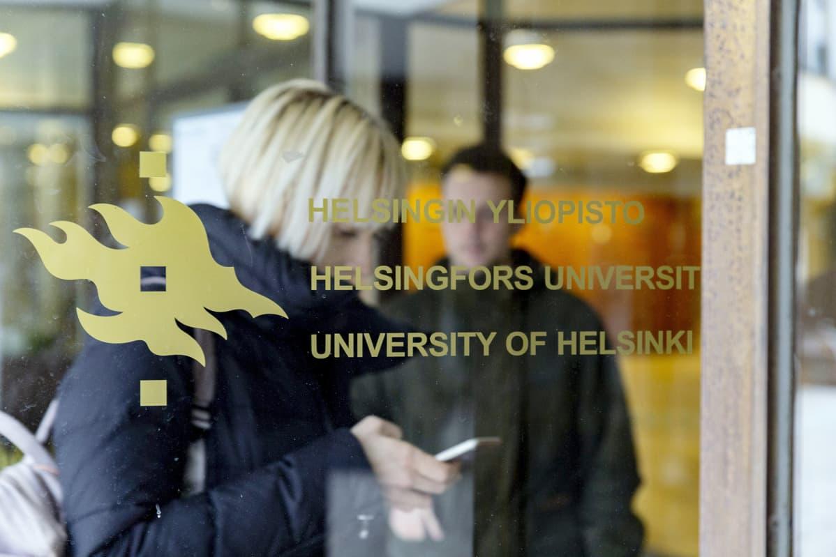 Helsingin yliopiston logo ovessa.