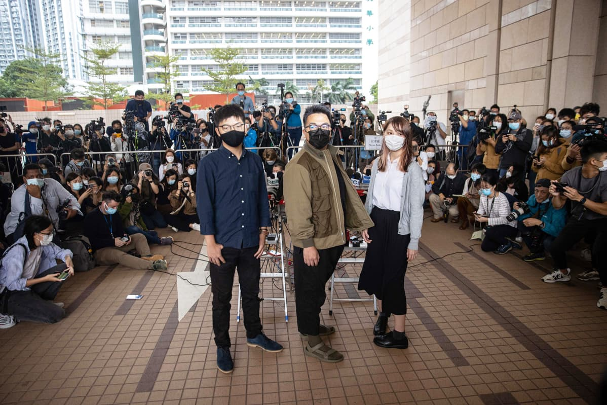 Joshua Wong Chi-fung, Ivan Lam Long Ying ja Agnes Chow Ting oikeustalon edustalla Hongkongissa.