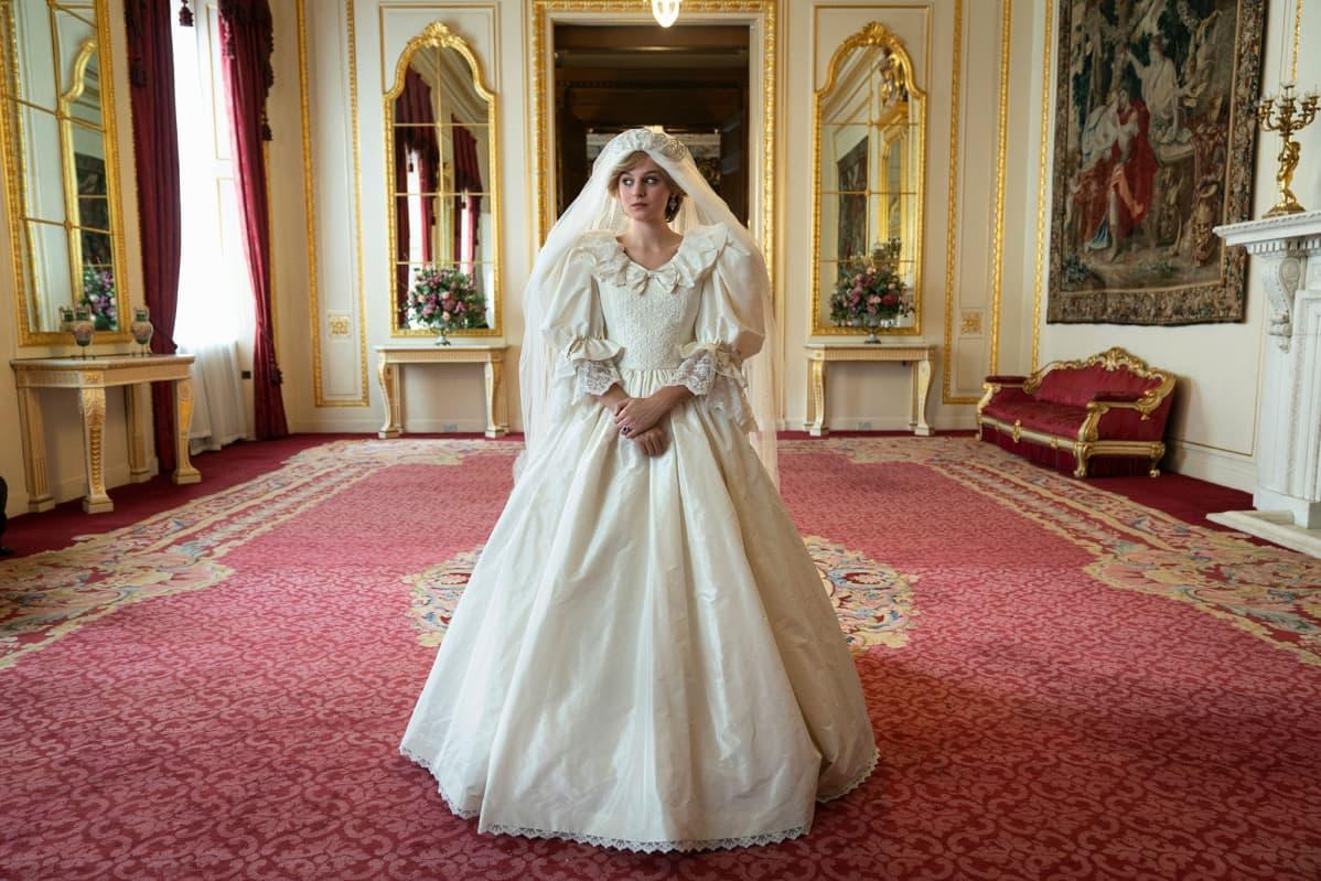 TV-sarjasta THE CROWN ja näyttelijä Emma Corrin näyttelee Diana Princess of Wales.