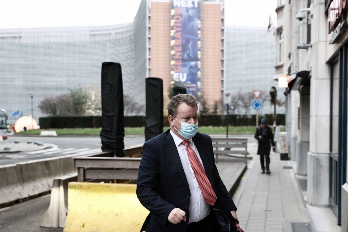 David Frost matkalla Ison-Britannian edustustoon Brysselissä.