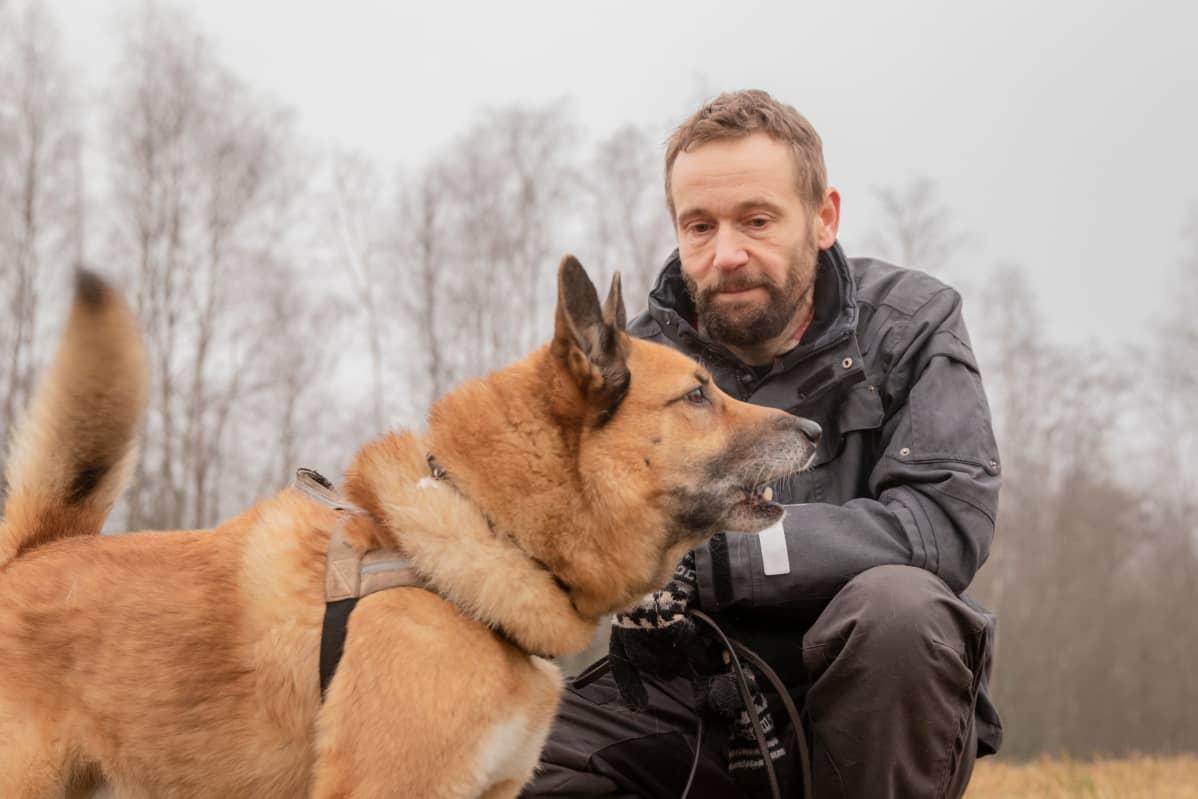 Juha Rosenqvist Seiskarinkoirakerhosta ja hänen ruskea seiskarinsa Aarre.