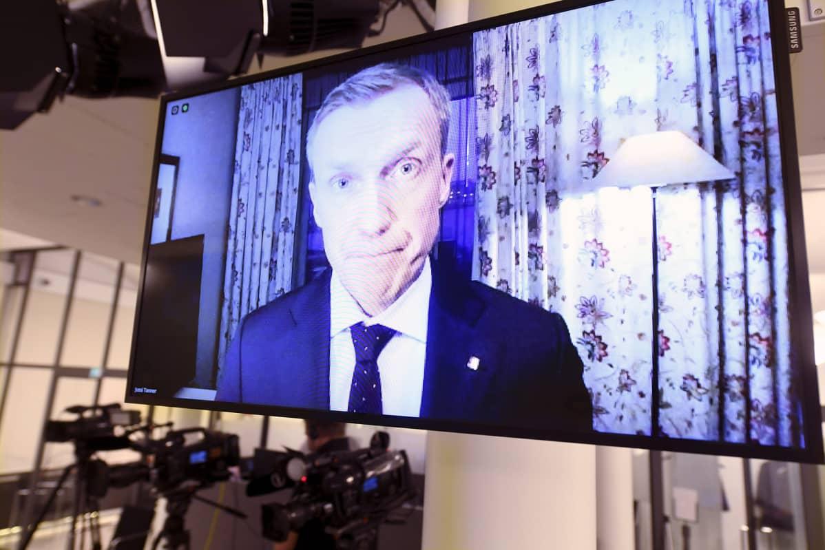 Erityisedustaja Jussi Tanner ulkoministeriöstä osallistui karanteenin vuoksi etäyhteydellä ulkoministeriön tiedotustilaisuuteen koskien kotiutuksia al-Holin leiriltä 20. joulukuuta 2020.