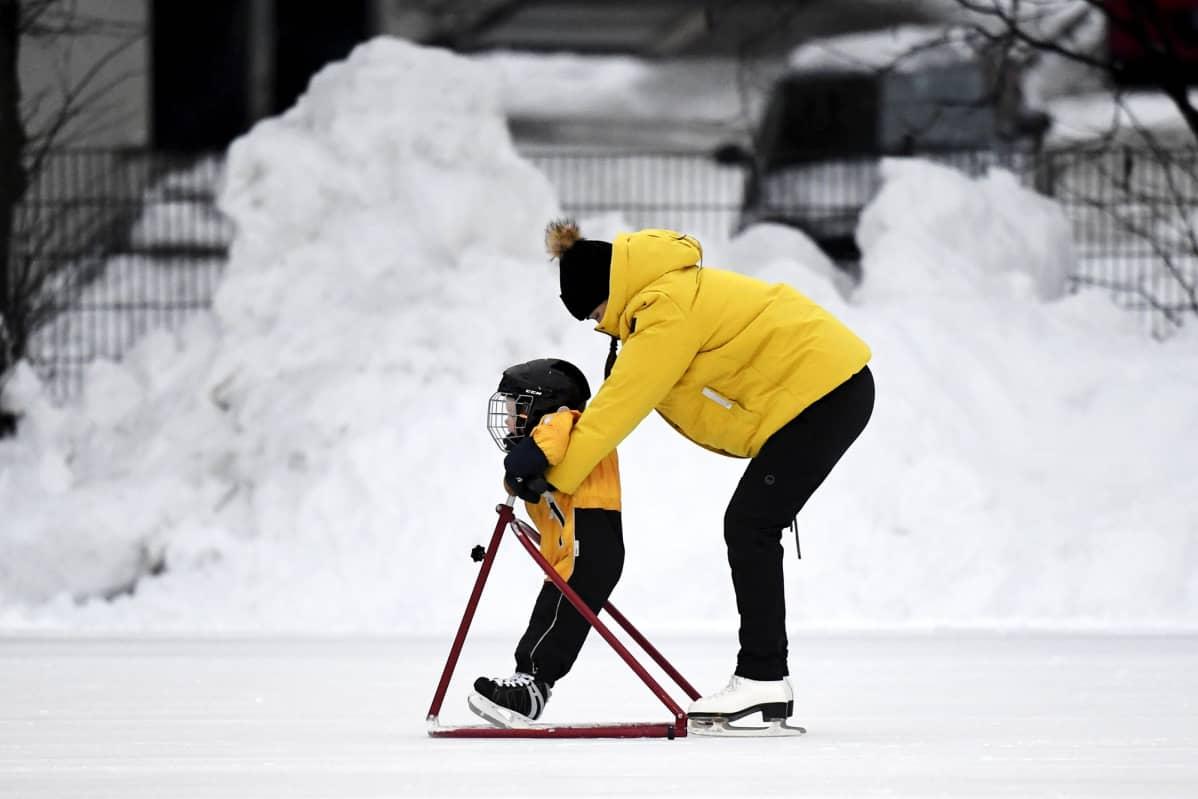 Yleisöluistelua Brahen kentällä Helsingissä 5. tammikuuta 2021.