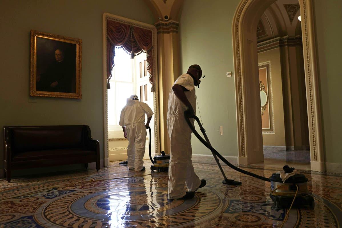 Kongressitalolla siivotaan mellakan jälkiä.