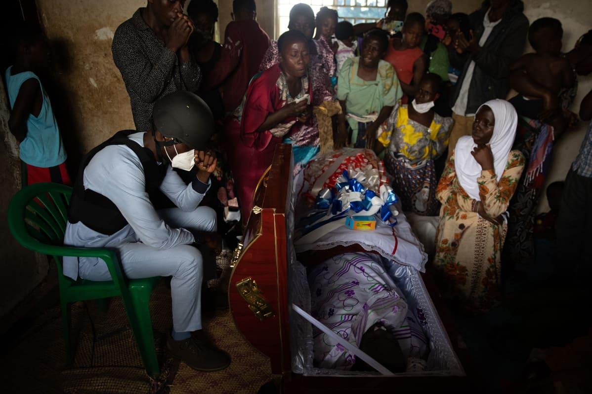 Bobi Wine itkee kannattajansa hautajaisissa Kampalassa keskiviikkona.