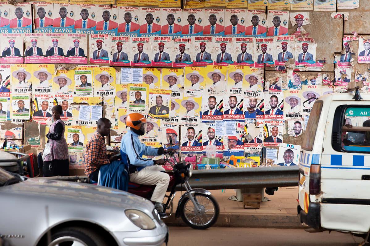 Bobi Winen vaalimainoksia on revitty alas monessa paikassa Kampalassa ja Musevenin vaalimainos laitettu tilalle.