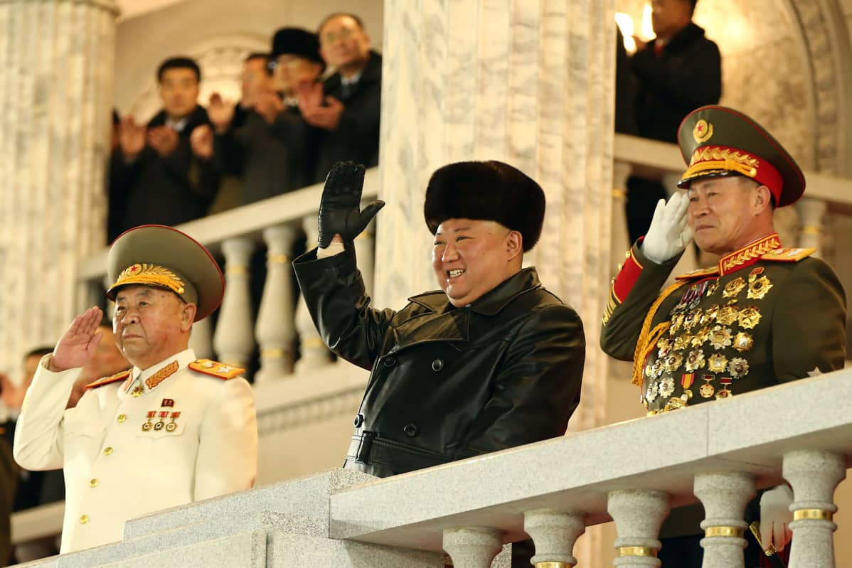 Pohjois-Korean johtaja Kim Jong Un tervehtii.