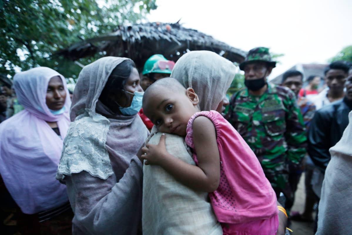 Myanmarin Rohingya-pakolaisia saapui Indonesian Acehiin merellä ajelehtineesta aluksesta kesäkuussa 2020.