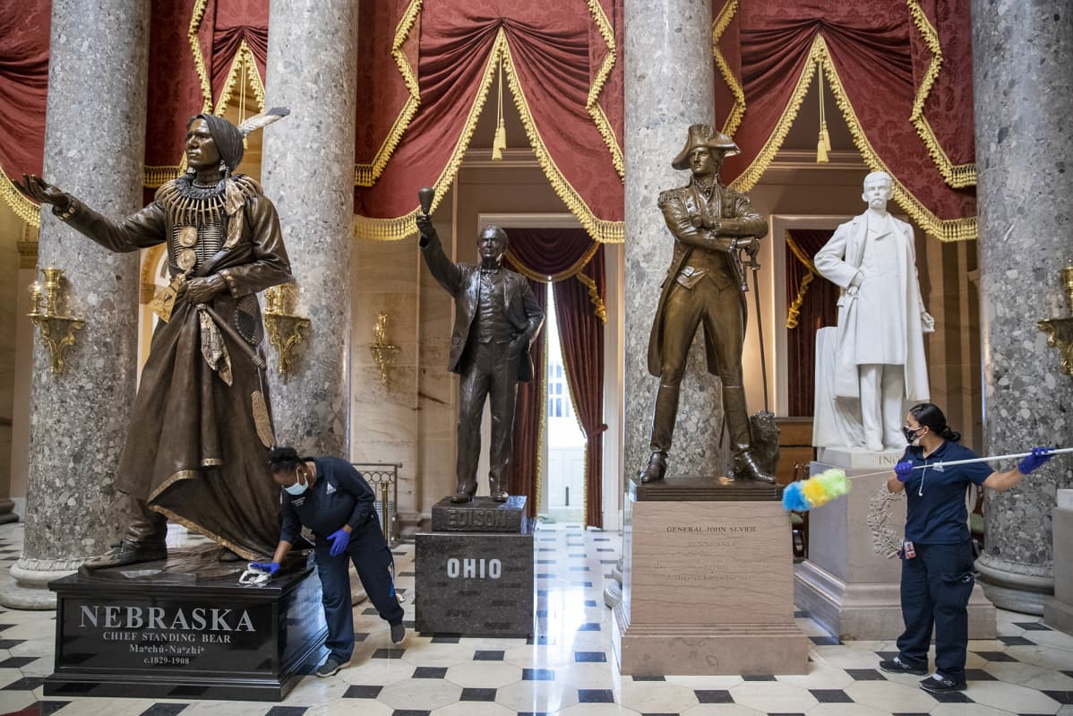 Capitolin mellakan jälkiä siivotaan.