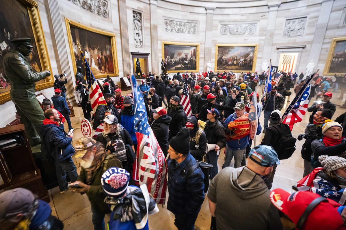 Ihmisjoukko tunkeutuu Capitoliin.