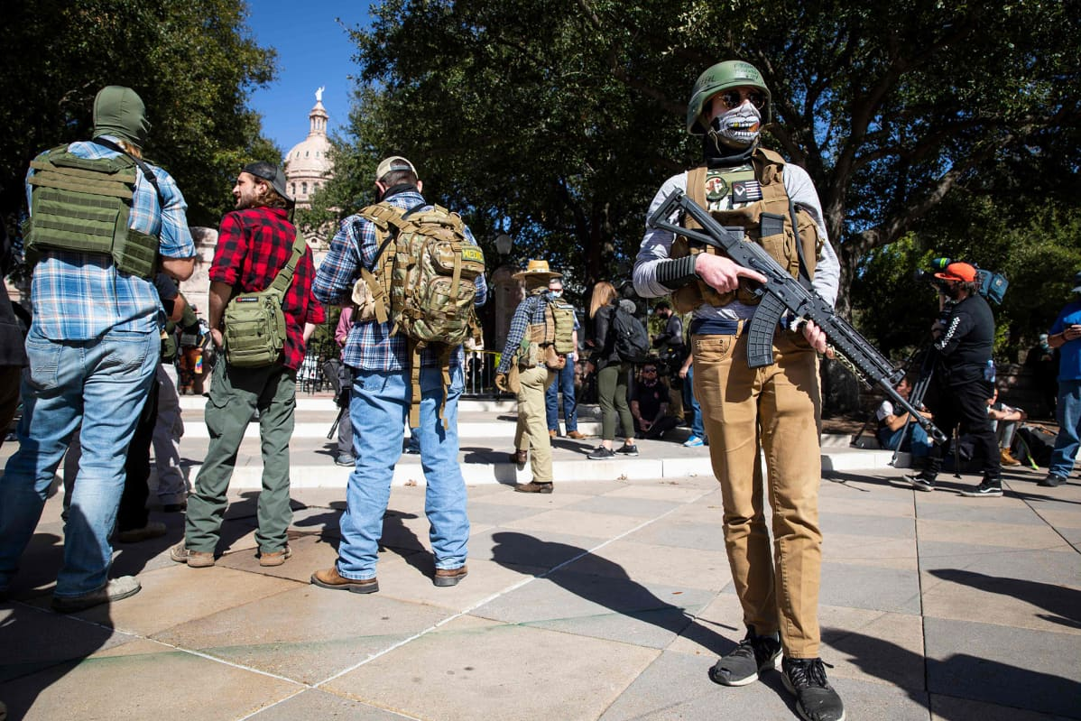 Aseistettu mielenosoittaja Texasin kongressitalon edessä.