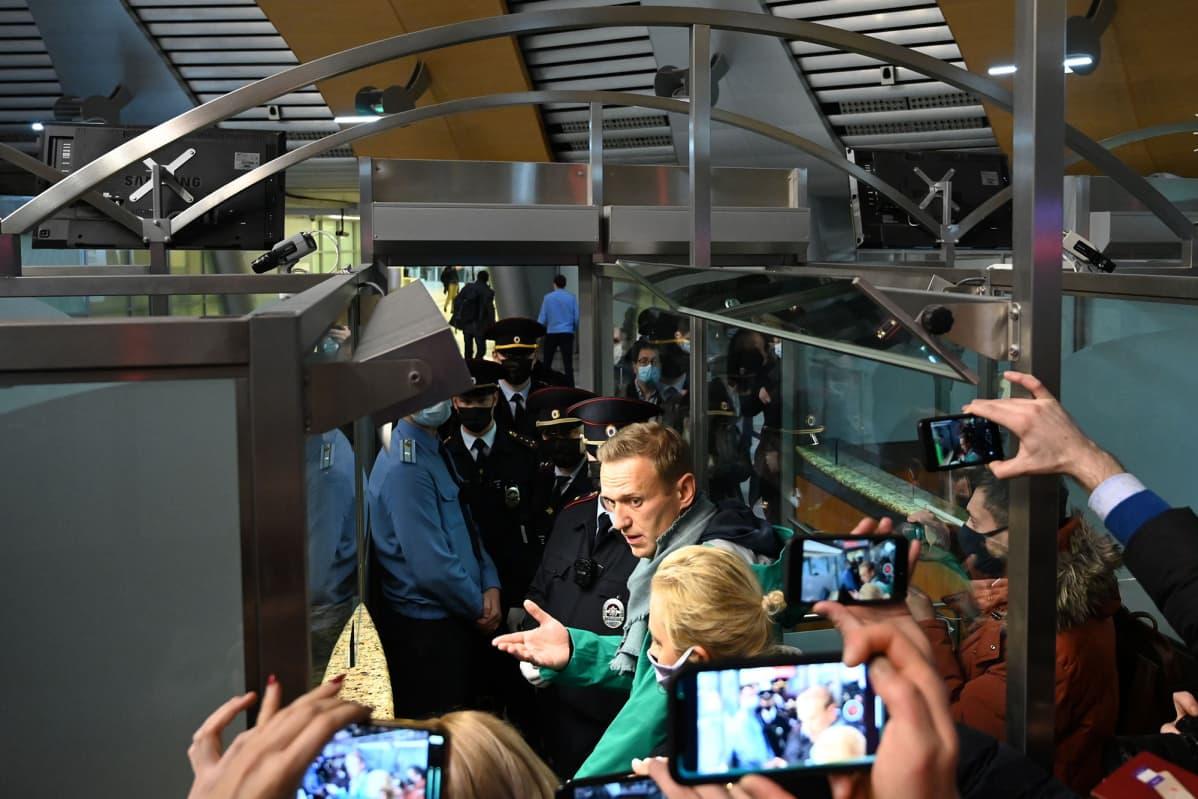 Venäläinen oppositiojohtaja Alexei Navalny passintarkastuksessa Moskovan lentokentällä.
