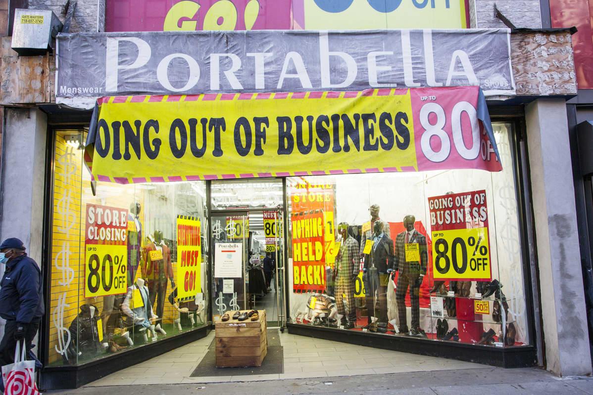 Miestin vaatekauppa lopettaa liiketoiminnan koronan takia Brooklynissa, New Yorkissa.