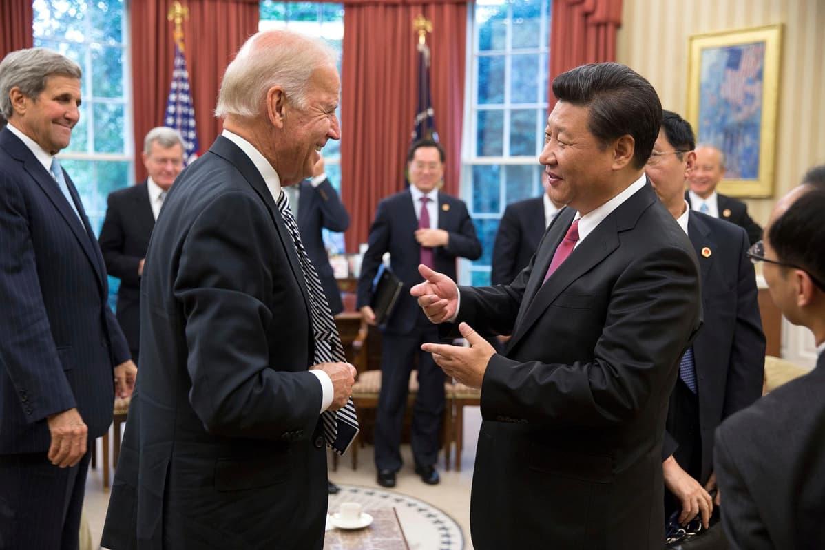 Yhdysvaltain tuleva presidentti Joe Biden ja Kiinan presidentti XI Jinping Valkoisen talon ovaalihuoneessa.