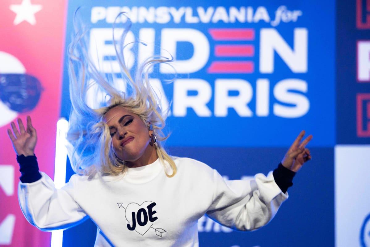 Lady Gaga esiintyy Bidenin vaalikampanjatilaisuudessa.