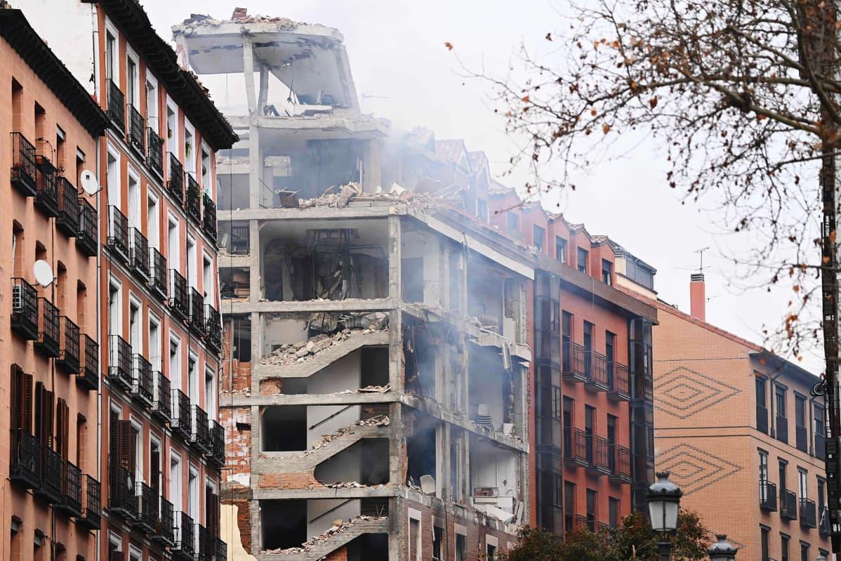 Räjähdyksessä vahingoittunut rakennus Madridissa.