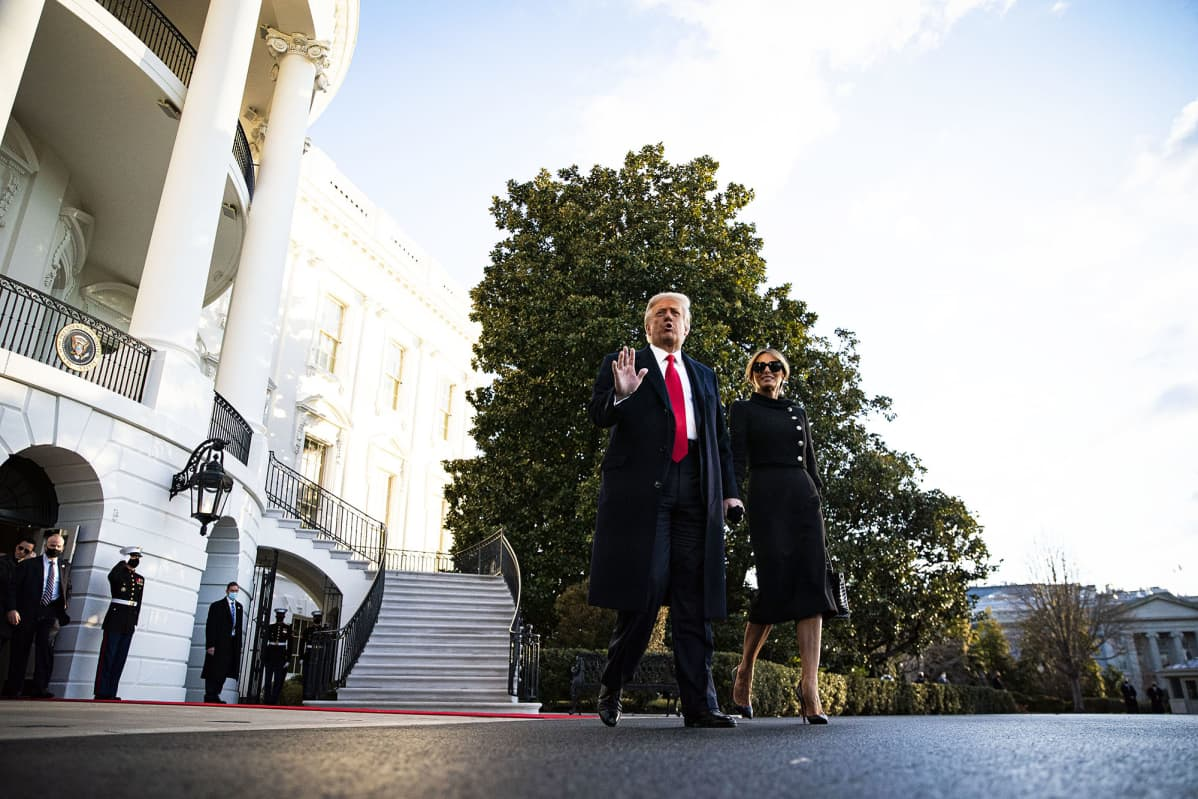 Donald Trump ja Melania Trump kävelevät Valkoisen talon pihalla.