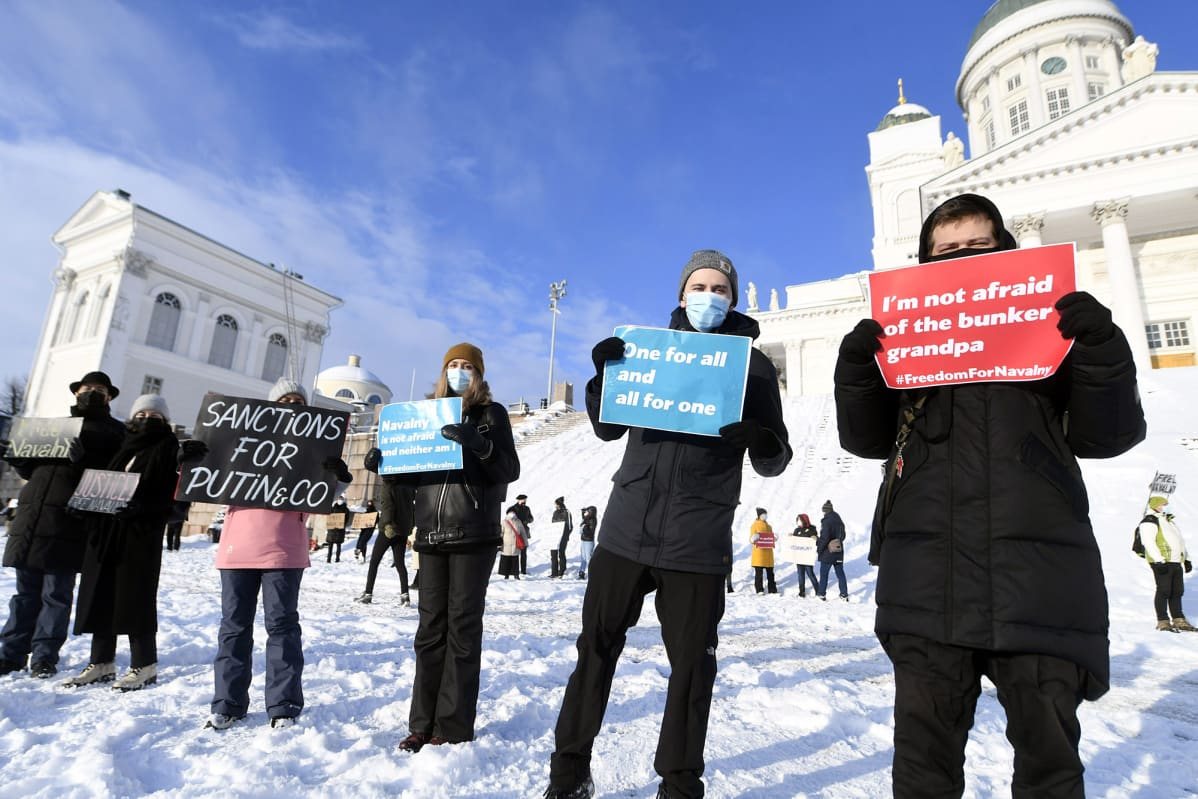 Mielenosoittajia venäläisen oppositiojohtaja Aleksei Navalnyin tukimielenosoituksessa Senaatintorilla Helsingissä.