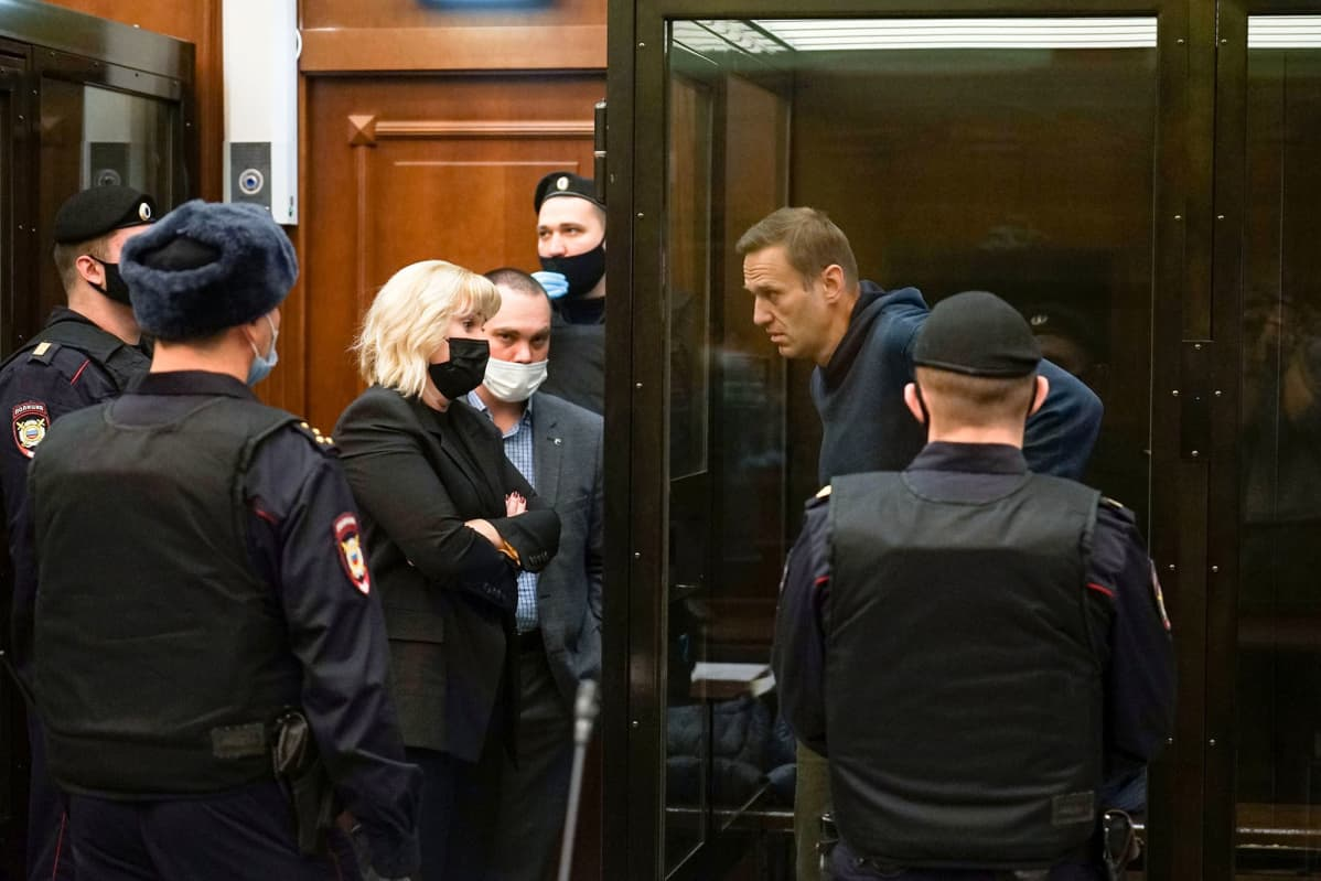 Aleksei Navalnyi tuomioistuimessa sijaitsevassa lasikopissa Moskovassa.