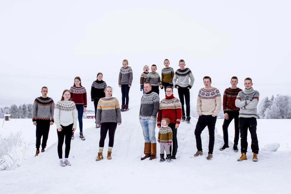 Haapajärveläinen Kati Räisänen neuloi islantilaisvillapaidat koko perheelleen. Kuvassa koko perhe paidat päällä.