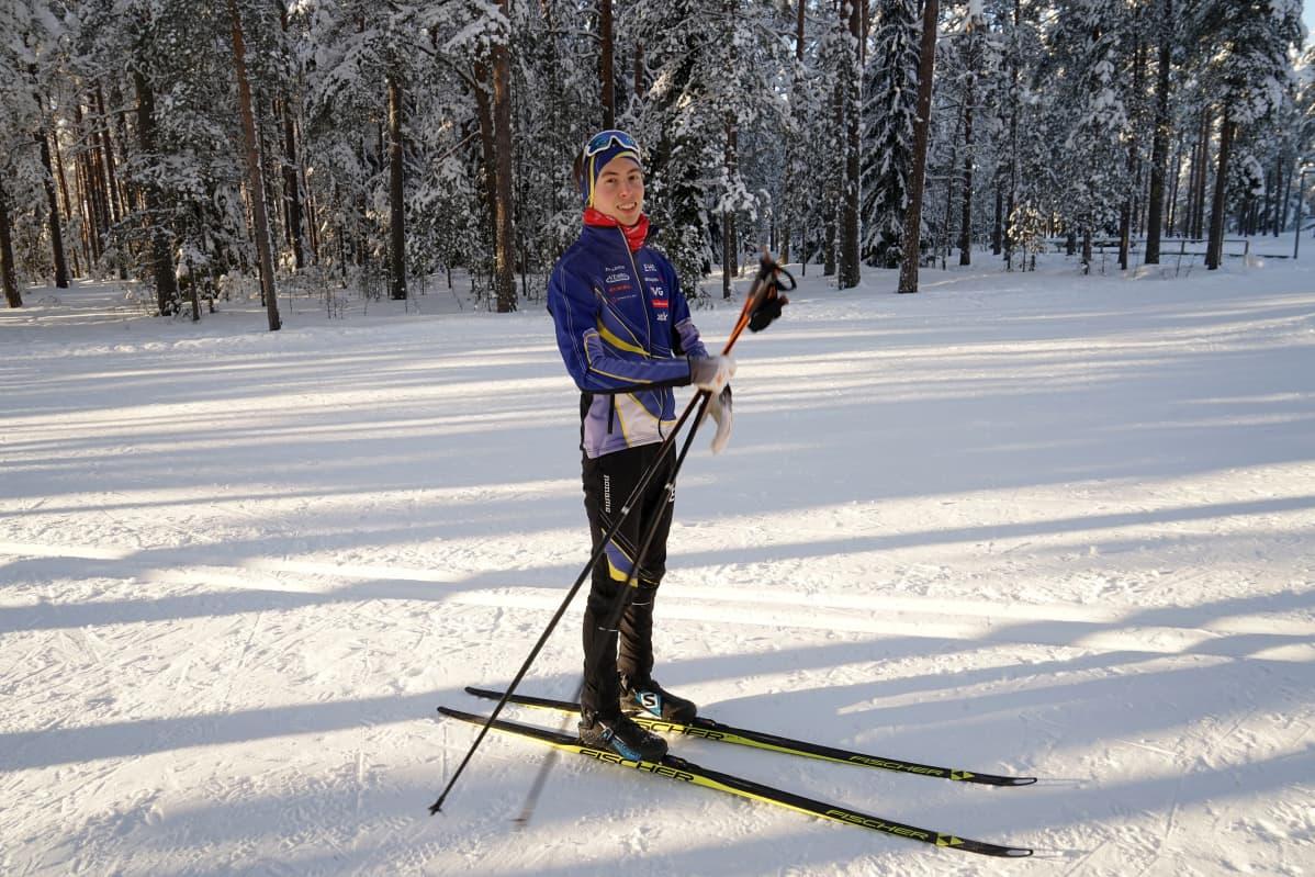 Jani Koponen hiihtämässä