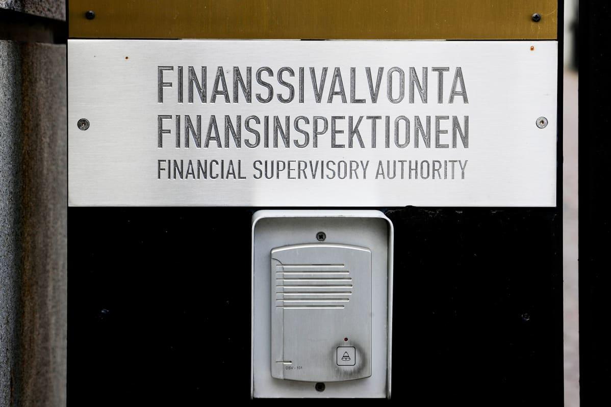 Finanssivalvonnan kyltti josta voi soittaa summeria ja puhua ovipuhelimella.