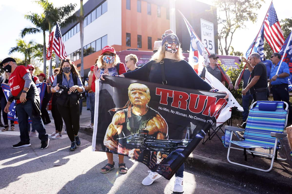 Kannattajat odottavat Floridassa kadun varrella Donald Trumpin paluuta.