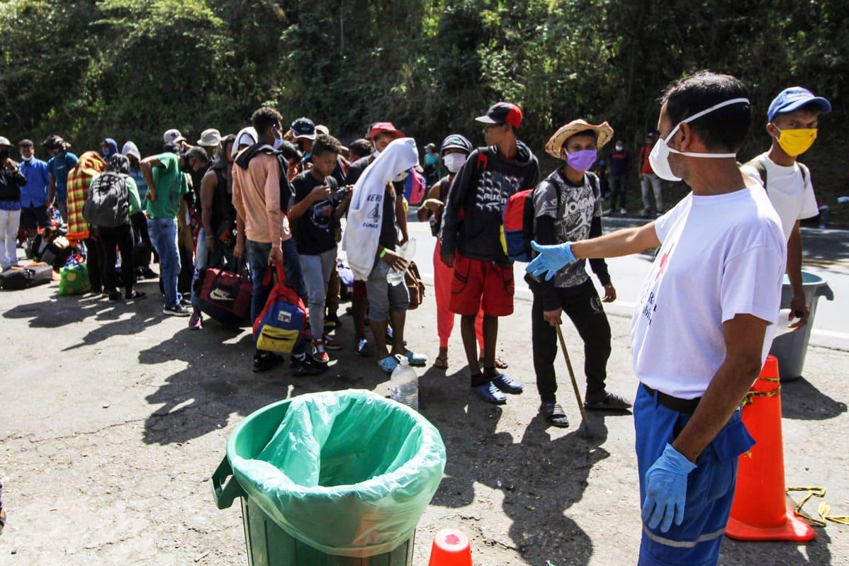 Venezuelaiset pakolaiset jonottavat ruoka- ja lääkeapua Punaiselta ristiltä Kolumbiassa.