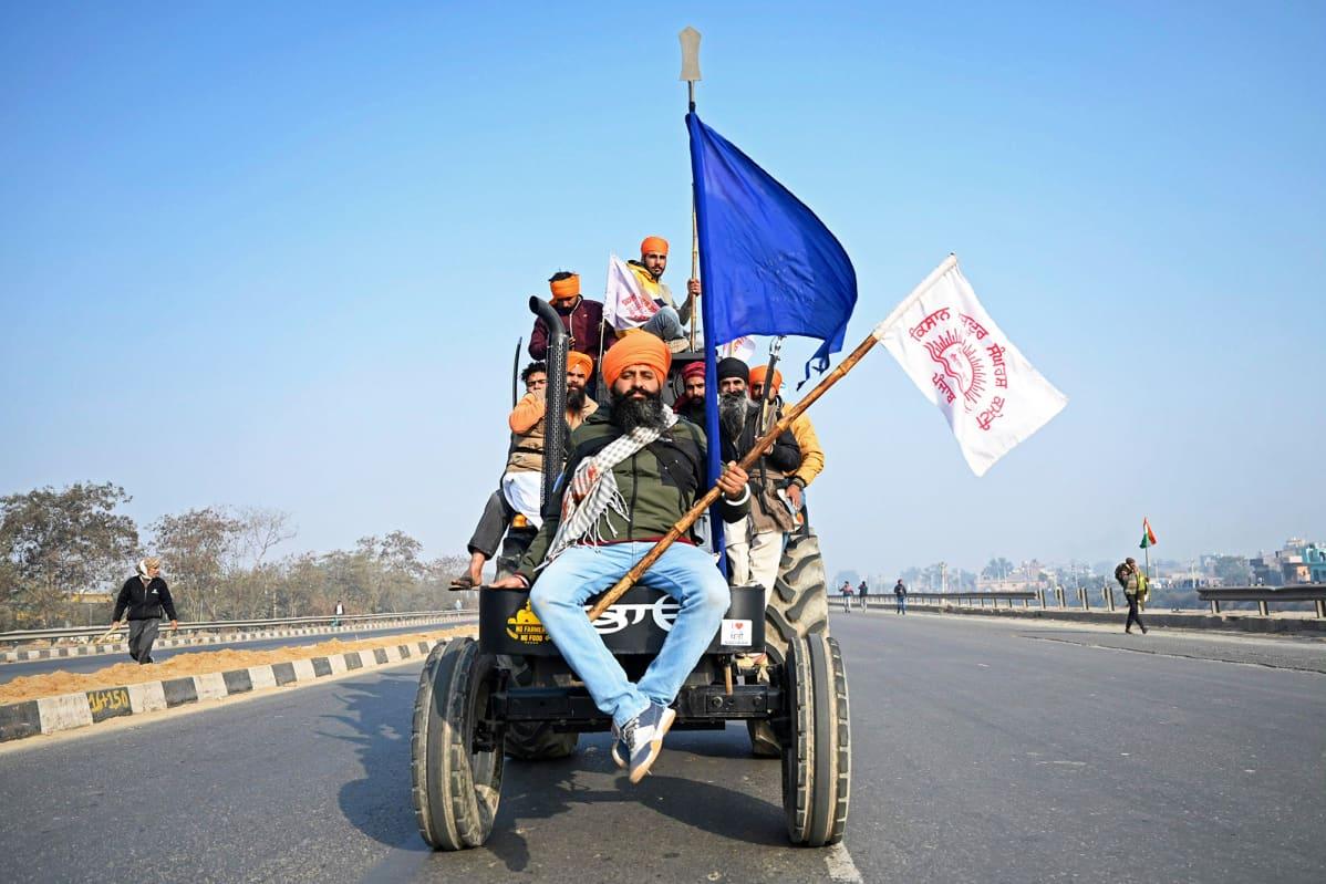 Maanviljelijöitä traktorimielenosoituksessa.