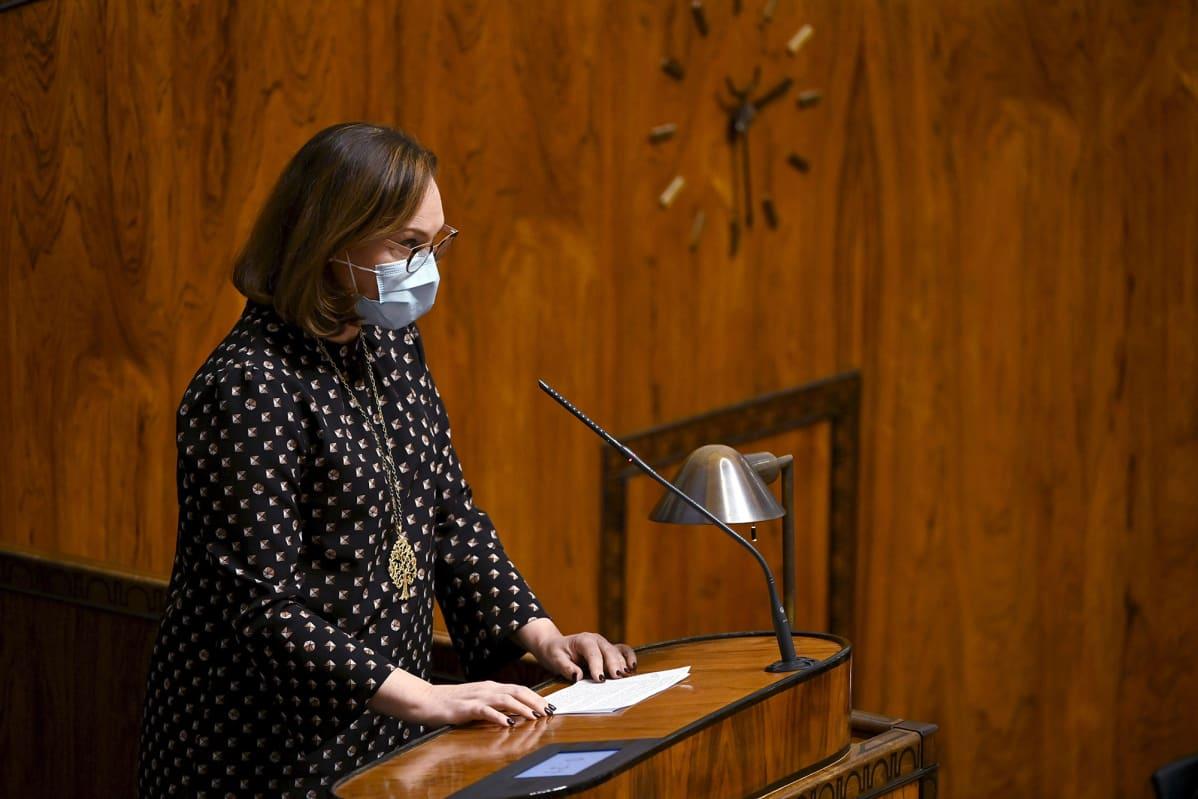 Anne-Mari Virolainen puhuu eduskunnan täysistunnossa.