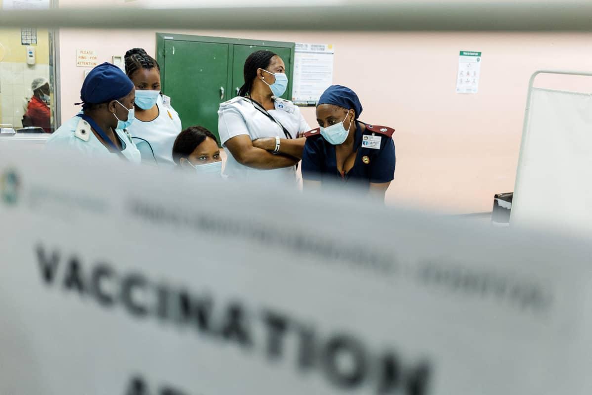 Hoitajat odottivat saadakseen Johnson & Johnsonin koronavirusrokotteen.