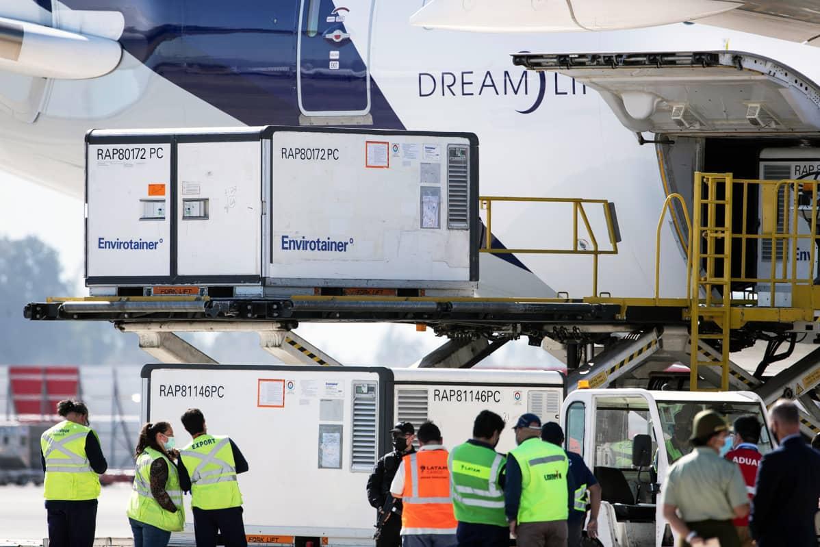 Noin kahden miljoonan Kiinasta saapuneen Sinovac-rokotteen lastia purettiin Santiagon lentokentällä helmikuun lopussa.