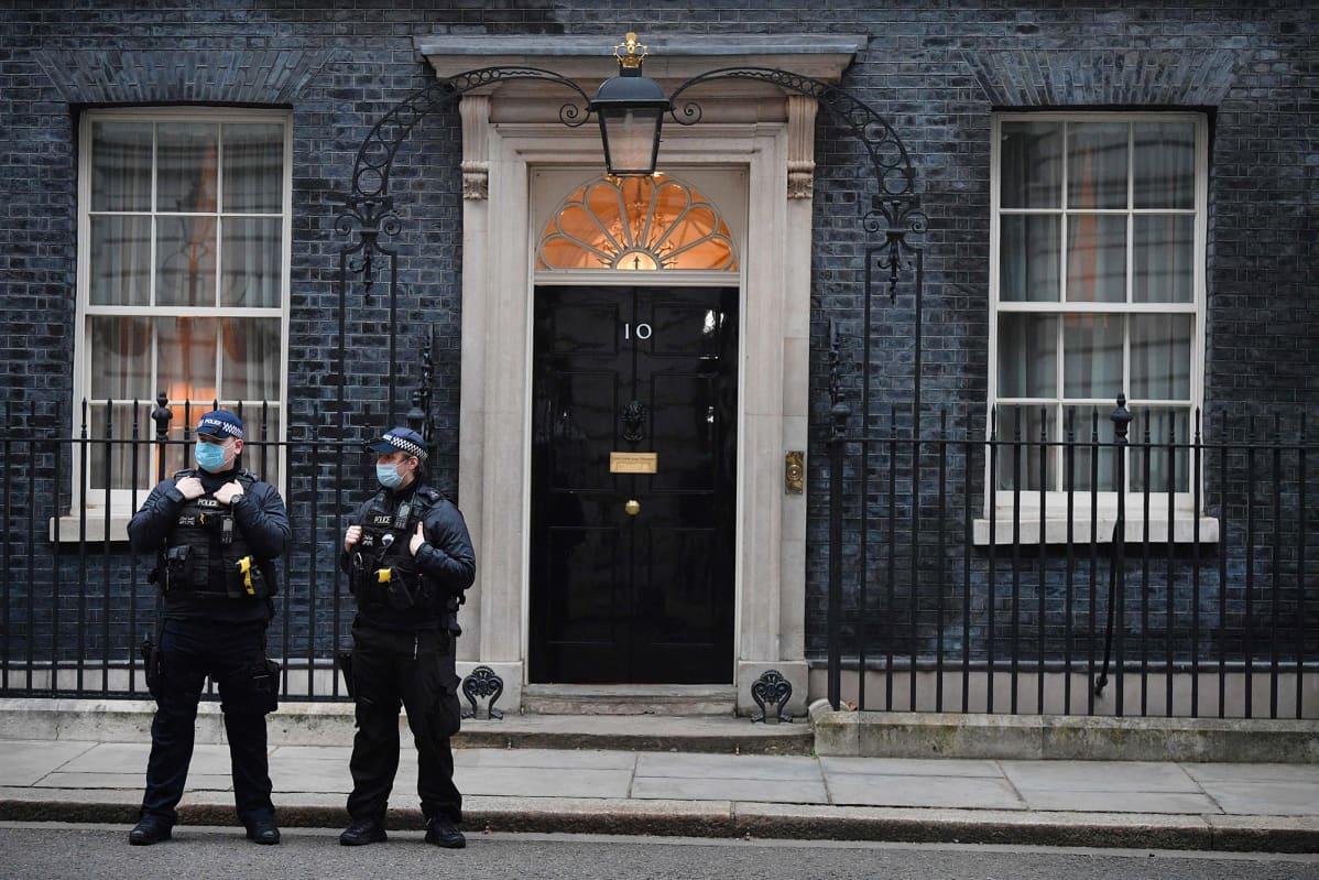 Poliisit vartioivat pääministerin asuntoa.