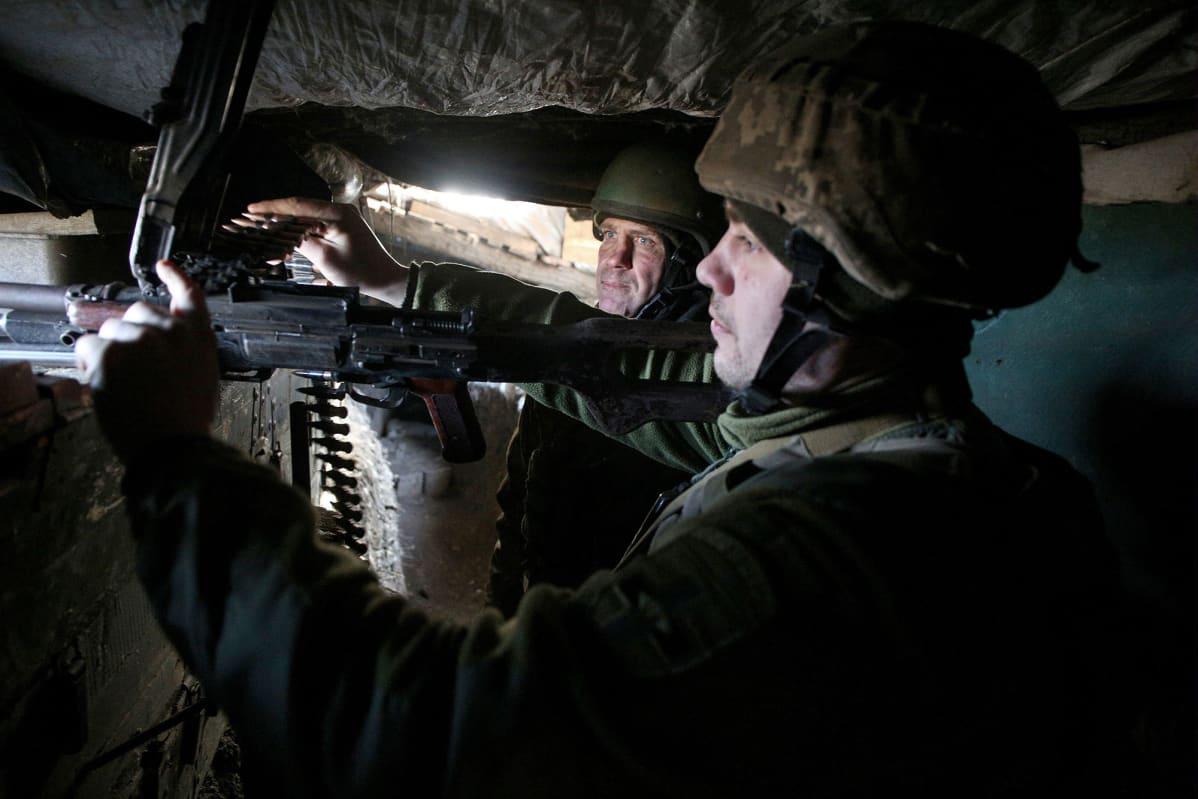 Ukranalaiset sotilaat bunkkerissa.
