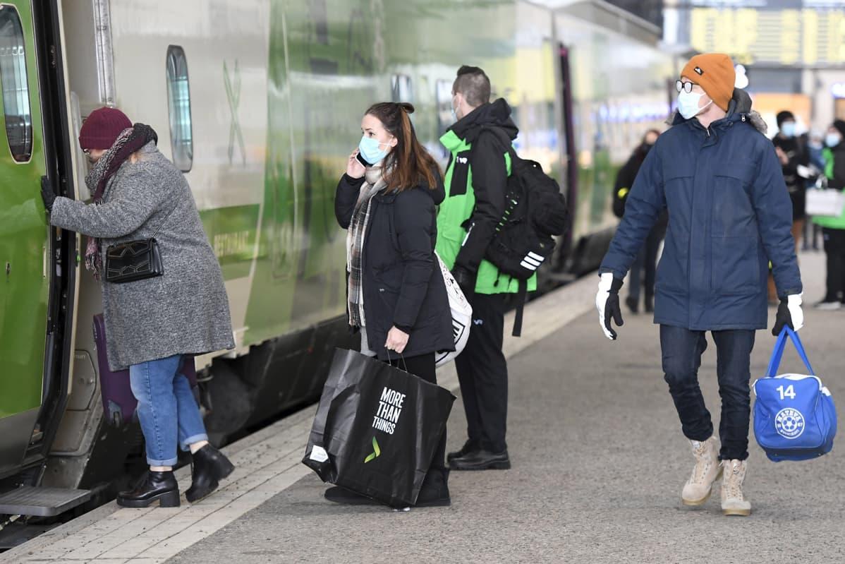 Hiihtoloman menoliikennettä Rautatieasemalla Helsingissä 19. helmikuuta 2021.
