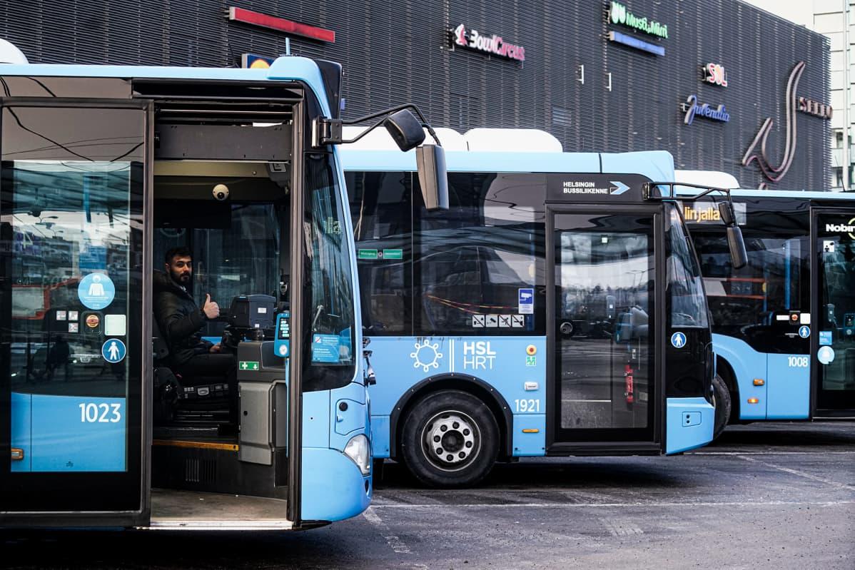 Leppävaaran asemalla kuljettaja Ahmad Al Allaouli bussissa.