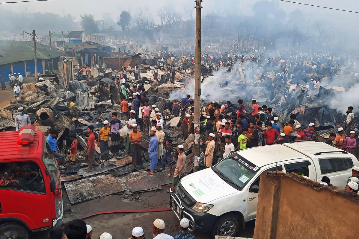 Ihmiset ovat kerääntyneet tarkastelemaan pakolaisleirin palon tuhoja Ukhiassa, Cox's Bazarissa Bangladeshissa.