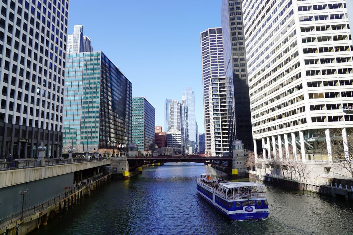 Chicagon kaupungin halki virtaa joki.