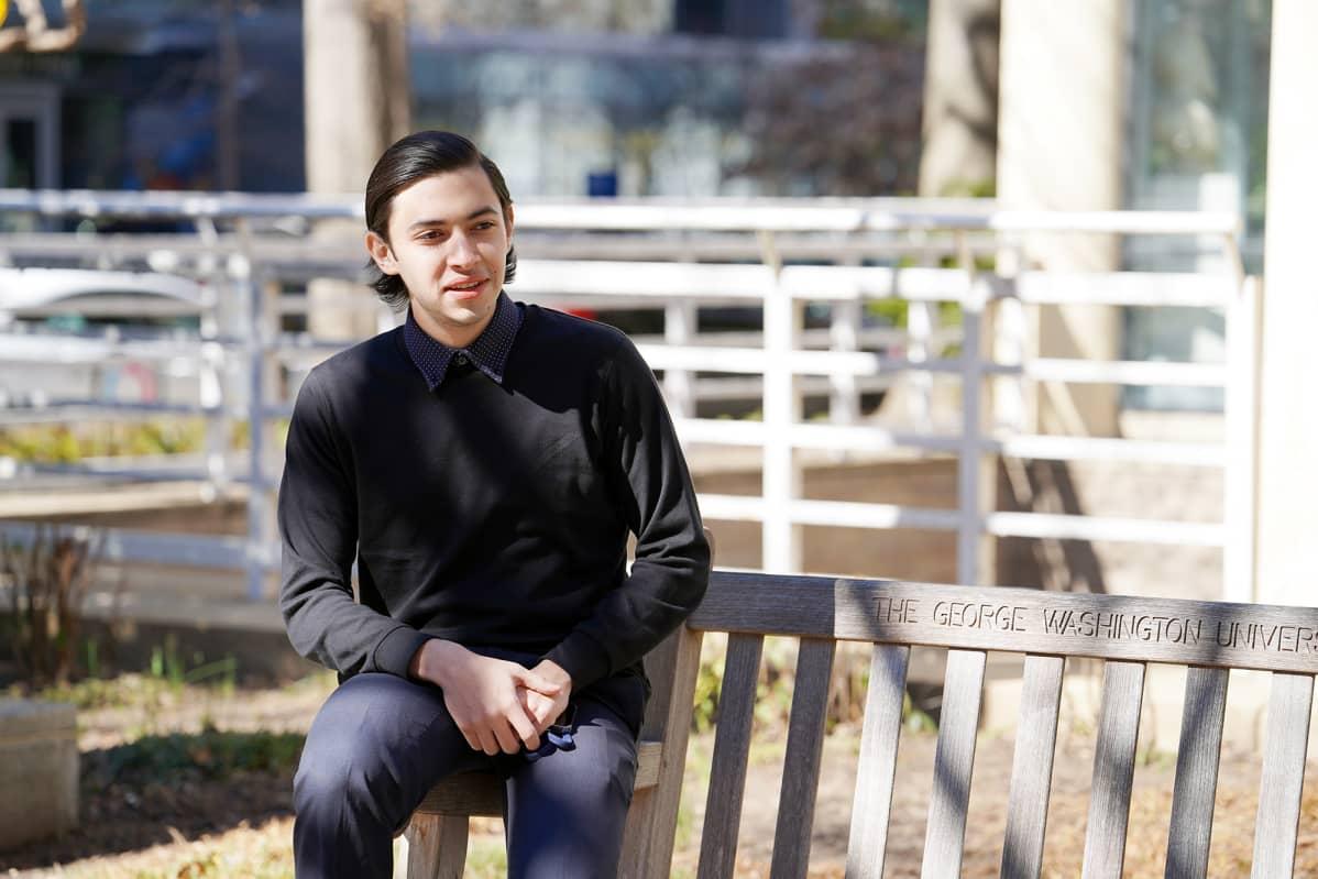 Hondurasilainen Rodrigo Jaar istuu puiston penkillä.