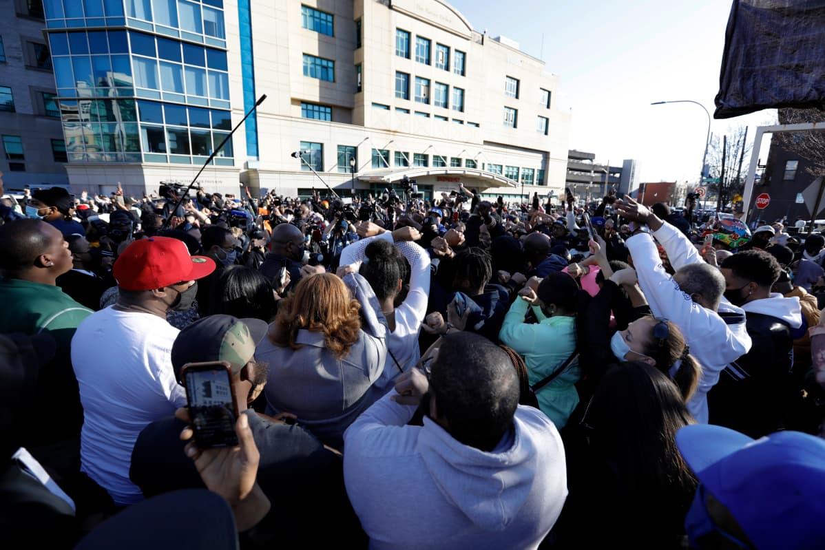 Rap-artisti DMX:n fanit kerääntyivät New Yorkin White Plainsin sairaalan edustalle tuomaan viimeiset tervehdyksensä idolilleen.