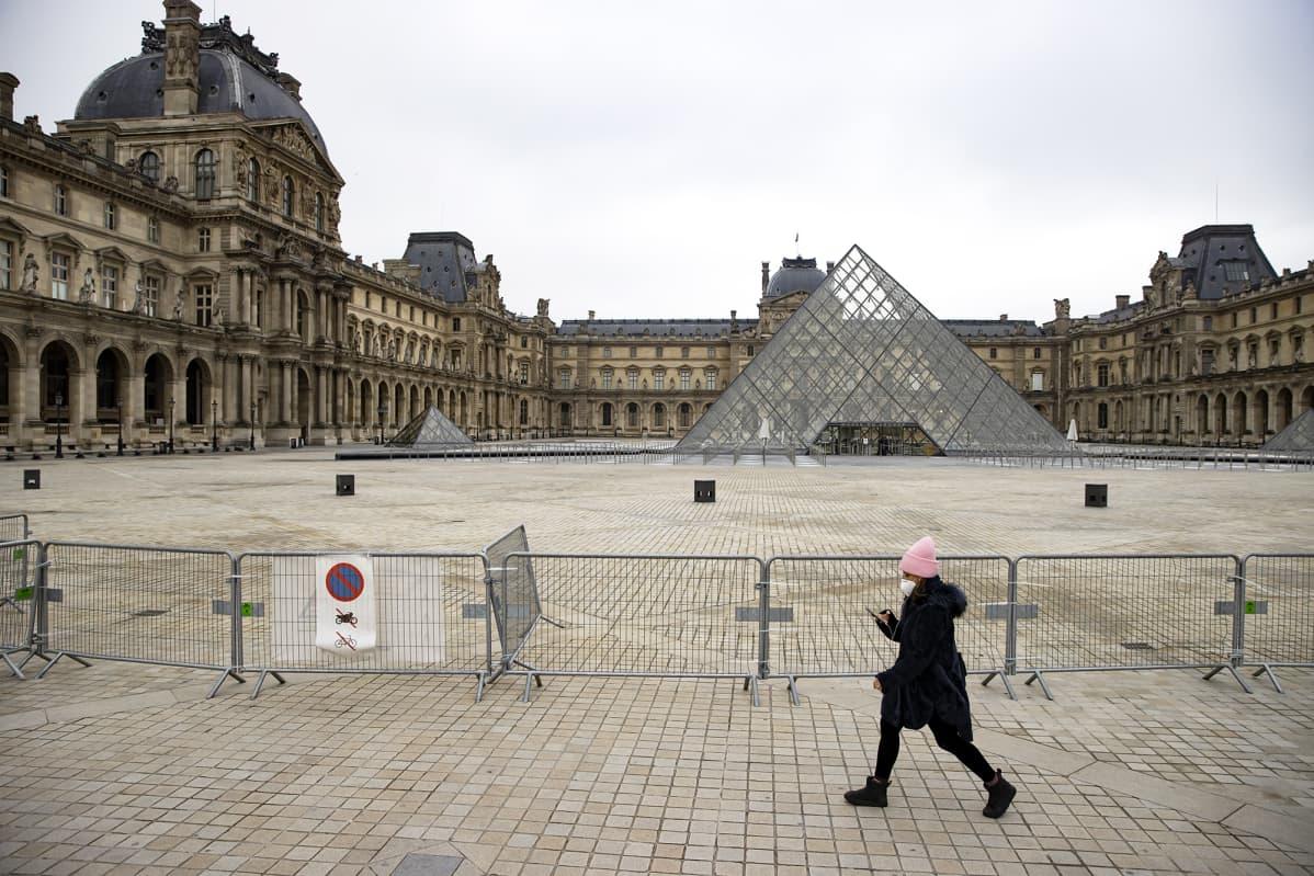 Autio aukio Louvren edustalla Pariisissa.