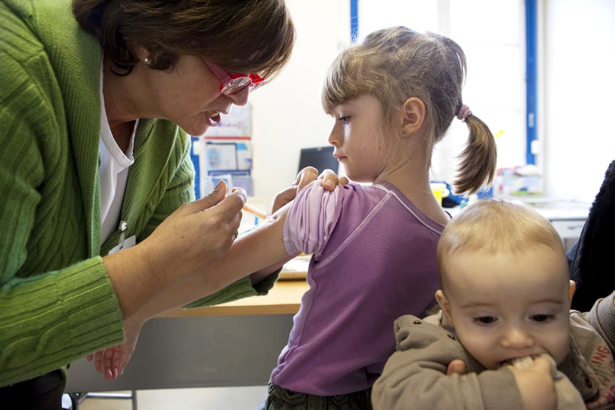 Lapselle annetaan influenssarokotusta.