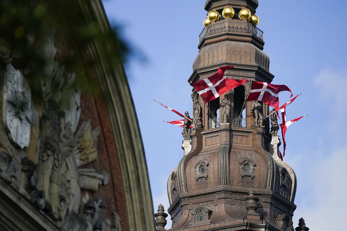 Christiansborgin linnassa liehuu tanskan liput.