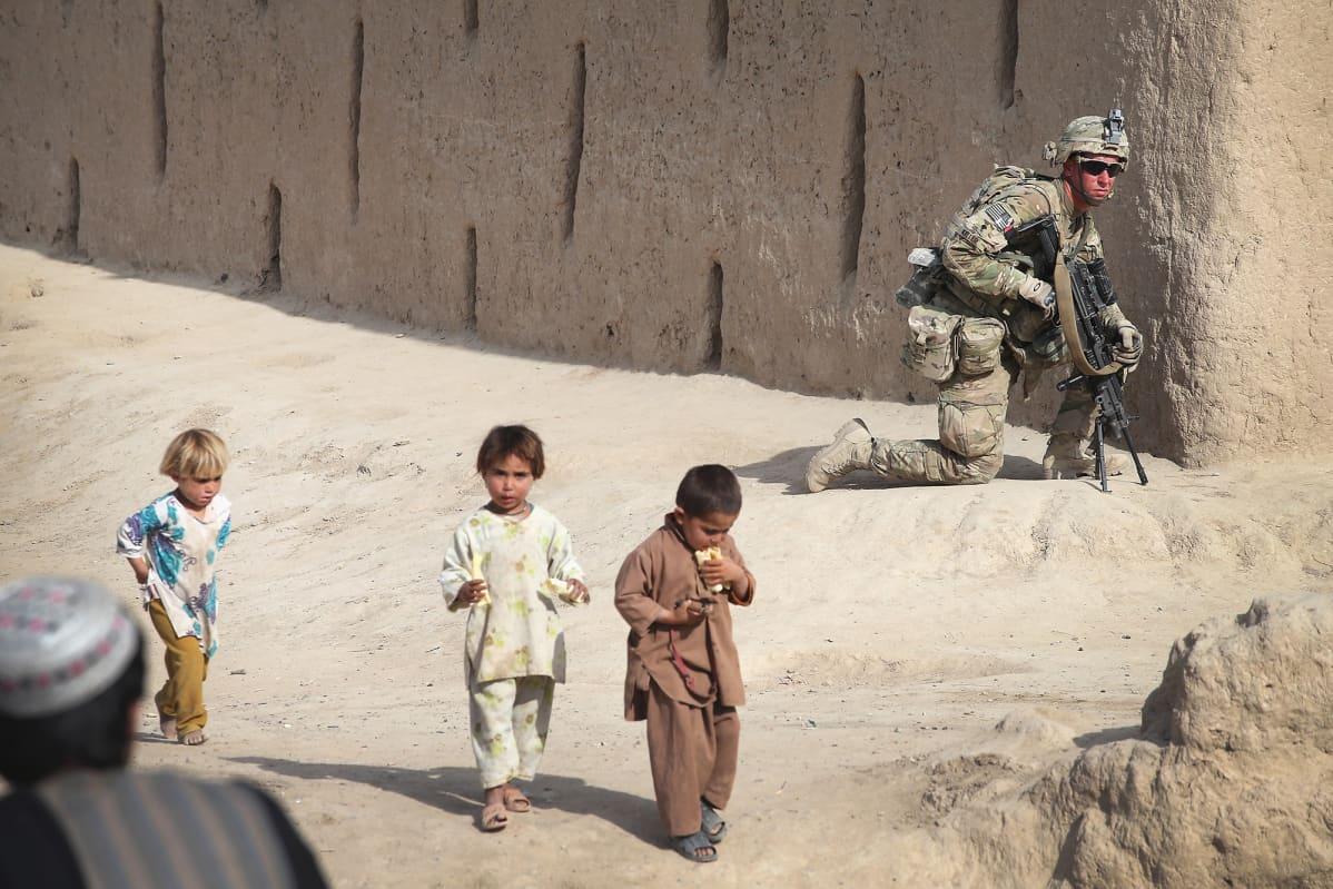Yhdysvaltain sotilas ja lapsia Afghanistanissa.