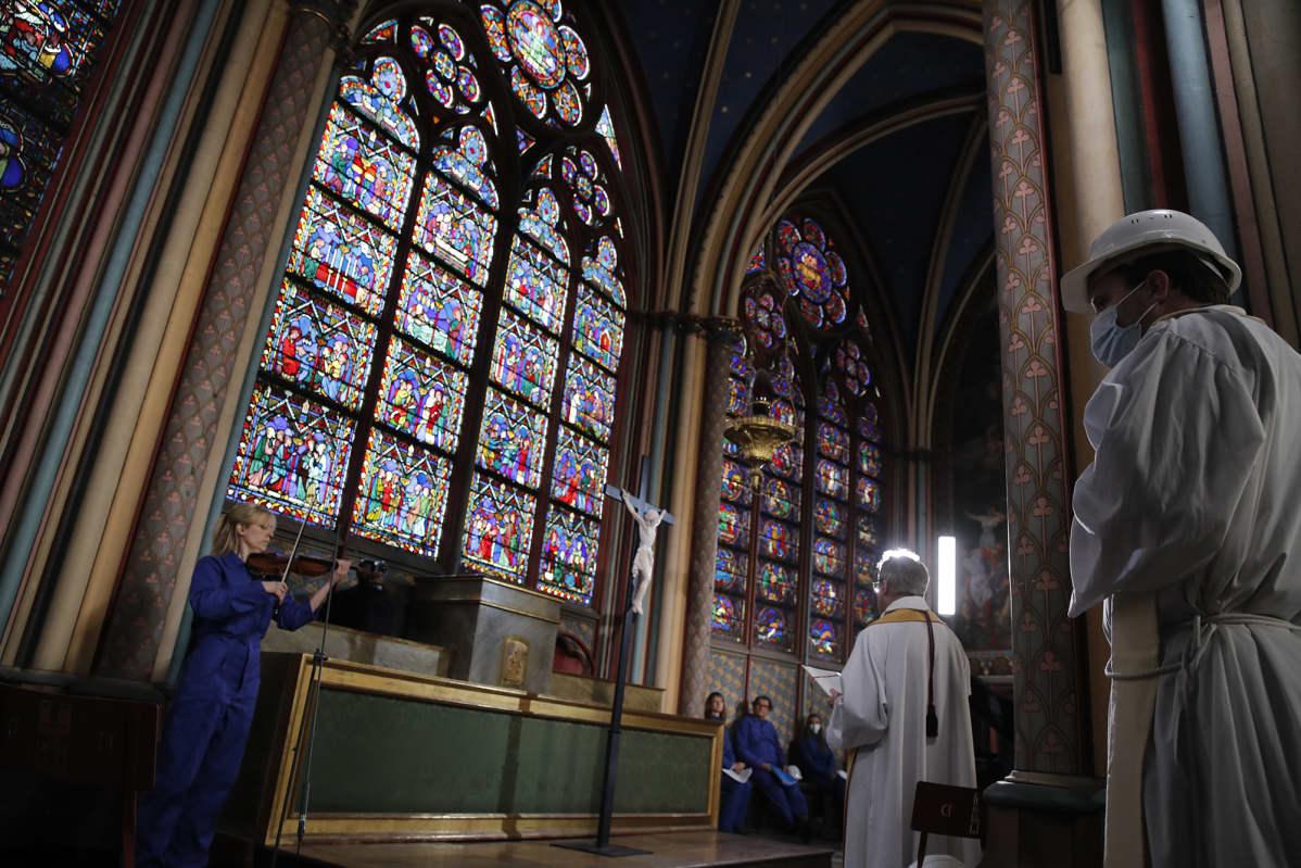Seremonia Notre Damen katedraalissa Pariisissa.