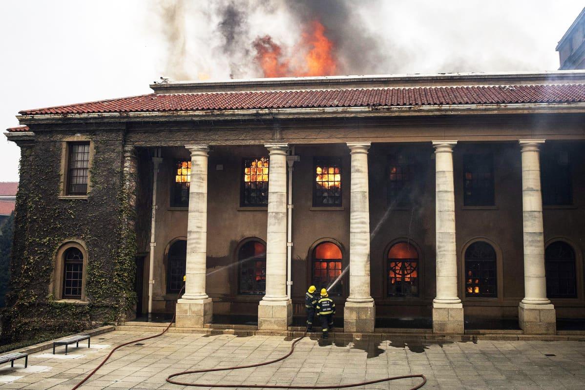 Palomiehet sammuttavat palaavaa kirjastoa Kapkaupungissa.