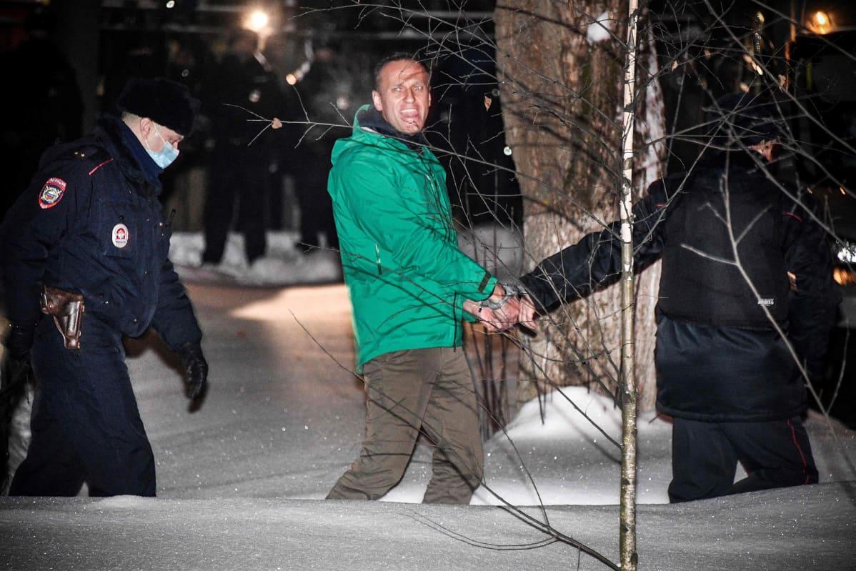 Aleksei Navalnyita kuljetetaan.